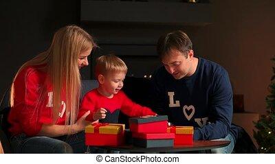 papa, atmosphère, confortable, séance, fils, dons, chaud, maman, interior., maison, divan, ouvert, noël