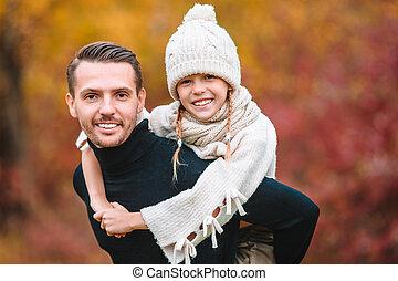 papa, beau, famille, parc, jour automne, gosse
