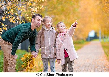 papa, beau, gosses, famille, parc, jour automne