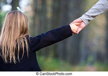 papa, beau, peu, parc, automne, closeup, mains, girl