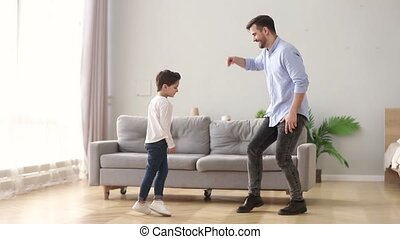 papa, danse, fils, amusement, maison, gosse, avoir, heureux