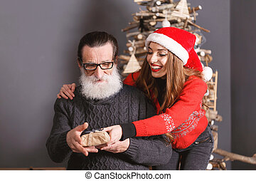 papa, dochter, haar, cadeau, geeft