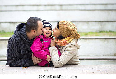 papa, family., leur, parents, maman, baisers, baby., heureux