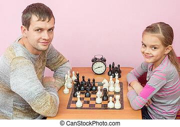 papa, fille, cadre, regardé, échecs, sourire, jouer