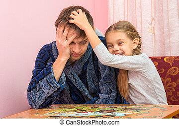 papa, fille, fatigué, puzzles, rassembler, soothes, amusement