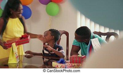 papa, fils, célébrer, anniversaire, noir, maman, fête, maison