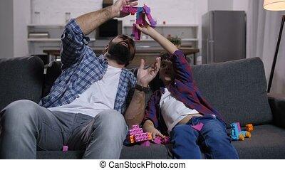 papa, fils, passe-temps, jouets, apprécier, excité