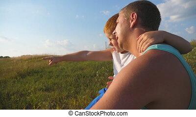 papa, garçon, peu, extérieur, something., pointage, séance, dépenser, haut, père, jeune, ensemble, fils, mouvement, lent, colline, temps, fin, sien, sunset.