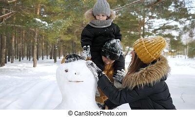 papa, hiver, ville, bonhomme de neige, park., bâtiment, maman, famille, jeune, fils