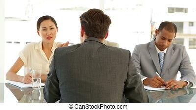 papa, homme affaires, être, interviewé