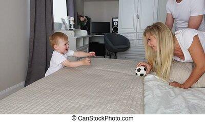 papa, jongen, spelen bal, bed, mamma