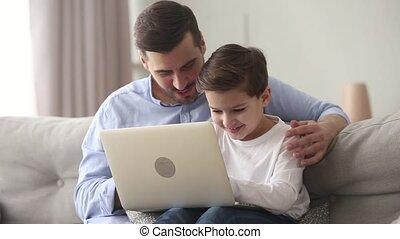 papa, mignon, peu, asseoir, ordinateur portable, fils, enfant, utilisation, recouvrement