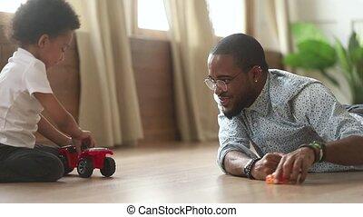 papa, mignon, peu, voitures jouet, fils, africaine, jouer, heureux