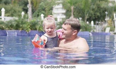 papa, nager, peu, daughter., enseigne
