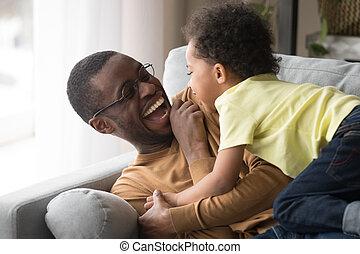 papa, peu, ensemble, fils, rire, africaine, enfantqui commence à marcher, jouer, heureux
