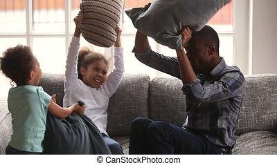papa, peu, famille, enfants, baston, africaine, apprécier, oreiller, heureux
