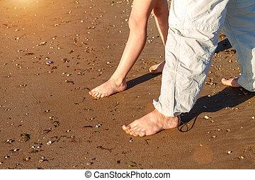 papa, plage, fils, pieds nue, promenade