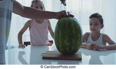 papa, rigolote, peu, famille, séance, deux, grand, dîner, coupures, table., enfants, watermelon.