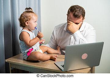 papa, sien, fonctionnement, fatigué, concept., travail, bras, ordinateur portable, travailleur indépendant, tenant bébé, maison