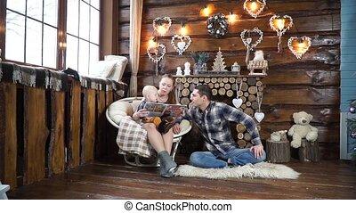 papa, sien, tapis, fils, livre, mère, lecture, assied