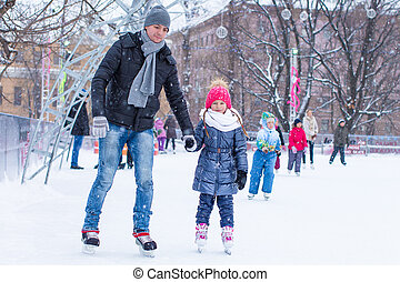 papa, skating, weinig; niet zo(veel), buiten, rink, meisje, schattige, vrolijke
