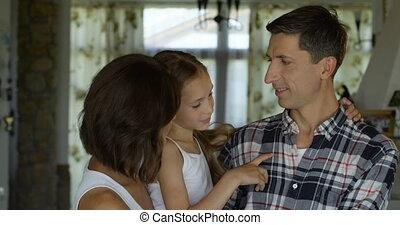 papa, sourires, fille, délassant, mignon, jeune, ensemble, revêtement, leur, appareil photo, maman, maison, amical, heureux