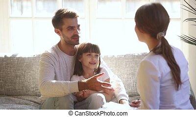 papa, tête, patient, docteur, femme, caresser, parler, gosse