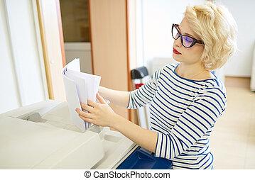 papel, imprimindo, mulher, classificando escritório