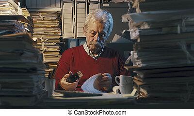 paperasserie, commis, surchargé, personne agee