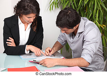 paperwork, dela, executiva, ajudando, cliente, preencher