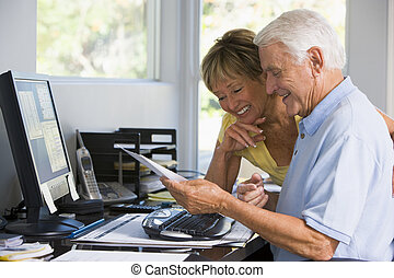 paperwork, escritório, par, computador, lar, sorrindo