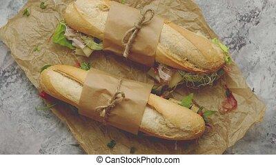 papier, sandwichs, herbes, béton, jambon, brun, légumes, frais, servi, cuisson, sur, toile de fond