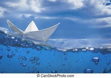 papier, schiff, spritzen, mit, blasen, segeln, in, blaues wasser, und, himmelsgewölbe