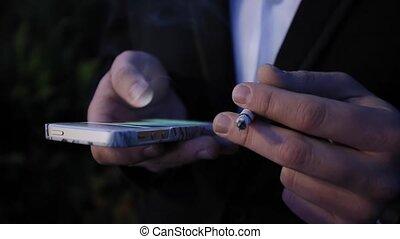 papieros, wieczorny, jego, telefon, ręka