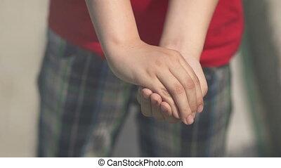 papillon, enfant, mains