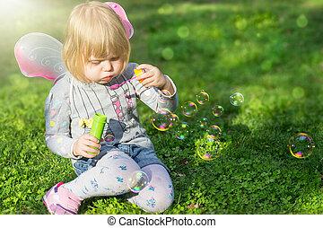 papillon, souffler, girl, avoir, parc, amusement, bulles, enfantqui commence à marcher, savon, ailes