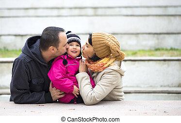 pappa, family., deras, föräldrar, mamma, kyssande, baby., lycklig