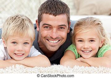 pappa och barn, le, hos, den, kamera