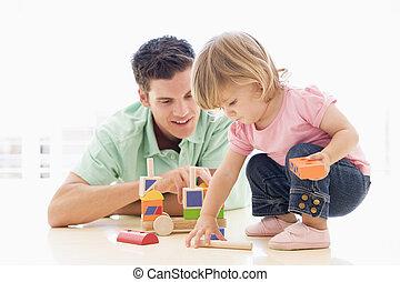 pappa och dotter, inomhus, leka, och, le