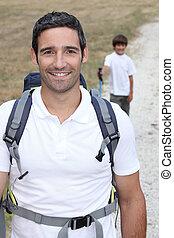 pappa och son, vandrande, in, bygd