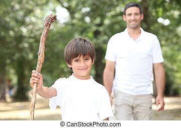 pappa och son, vandrande