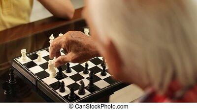 papy, jouant échecs, jeu société, à, petit-fils, chez soi