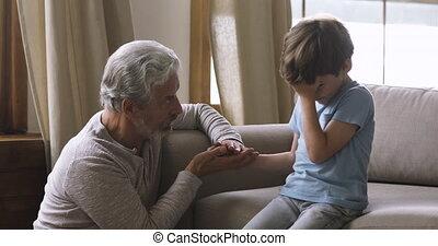 papy, peu, réconfortant, vieux, petit-fils, triste, aimer, pleurer, inquiété