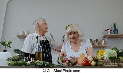 papy, tête, sur, plaisanterie, rigolote, personnes agées, grandma., grands-parents, kitchen., salade verte, elle, mettre