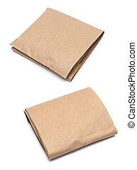 paquete, envuelto, con, marrón, papel de kraft, aislado, blanco, plano de fondo