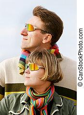 par, óculos de sol, jovem