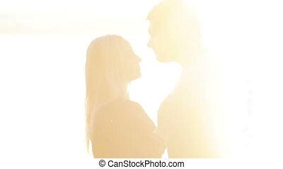 par abraçando, e, beijando, ligado, sol