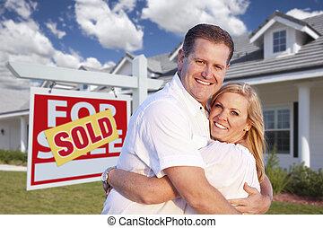 par abraçando, frente, sinal vendido, e, casa