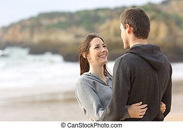 par abraçando, olhar, outro, cada, adolescentes, feliz