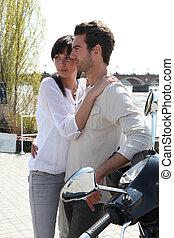 par abraçando, por, motocicleta